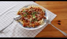Špagety se šumavskou omáčkou sypané parmazánem