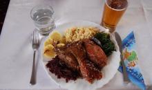 Pečená kachna, králík a uzené podlité whiskey se zelím, špenátem, bramborovým knedlíkem a bramborovým salátem.